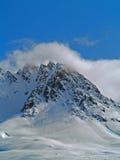 与云彩和雪的阿拉斯加的山 免版税库存照片