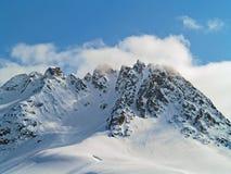 与云彩和雪的阿拉斯加的山 库存照片