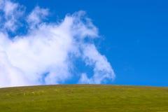 与云彩和绿色山谷背景的蓝天 库存图片