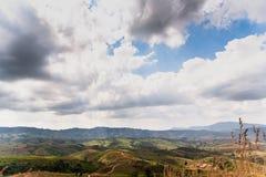 与云彩天空的山风景 库存照片