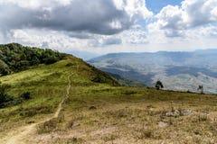 与云彩天空的山风景 免版税库存照片