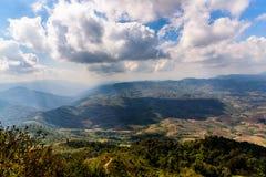 与云彩天空的山风景 免版税库存图片