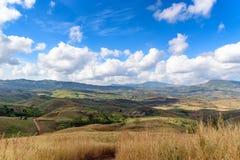 与云彩天空的山风景 免版税图库摄影