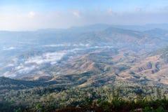 与云彩天空的山风景 库存图片