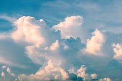 与云彩形成的多云天空在大雨前 库存照片
