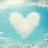 与云彩形状的心脏的美丽的天空 免版税图库摄影