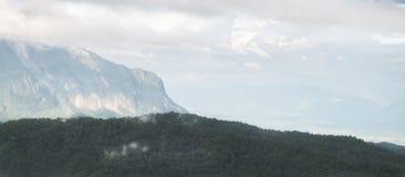 与云彩或薄雾的山脉视图美好的风景  免版税库存图片