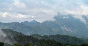 与云彩或薄雾的山脉视图 库存照片