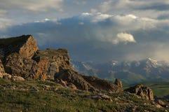 与云彩报道的峰顶的美好的全景山风景 免版税库存图片