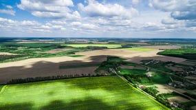 与云彩树荫的美好的风景在领域的 免版税库存照片