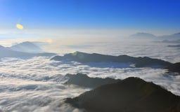 与云彩海的日出  免版税库存图片