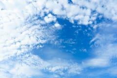 与云彩特写镜头或背景的自然蓝天它是beautifu 免版税图库摄影