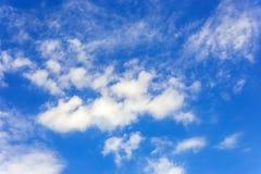 与云彩特写镜头的蓝天 免版税图库摄影