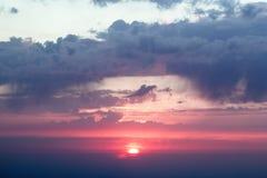 与云彩的严重的日落 库存图片
