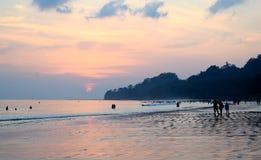 与云彩的五颜六色的天空在拥挤Radhanagar海滩, Havelock海岛,安达曼,印度的晚上 库存图片