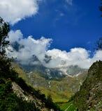 与云彩的五颜六色的山 库存图片
