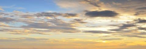 与云彩的五颜六色的日落天空在暮色时间 免版税库存图片