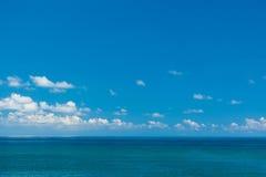 与云彩的低海天线 库存图片