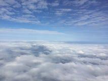 与云彩的俏丽的天空视图,平面窗口外,当朝向对日本时 免版税库存图片
