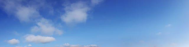 与云彩的全景天空在一个晴天 免版税图库摄影