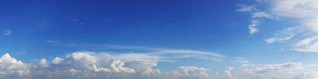 与云彩的全景天空在一个晴天 库存图片