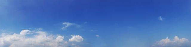 与云彩的全景天空在一个晴天 免版税库存图片