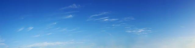 与云彩的全景天空在一个晴天 免版税库存照片