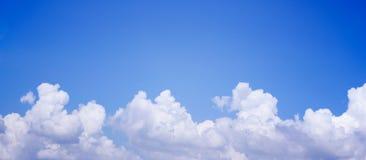 与云彩的全景蓝天 免版税图库摄影