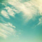 与云彩的减速火箭的天空 免版税库存图片