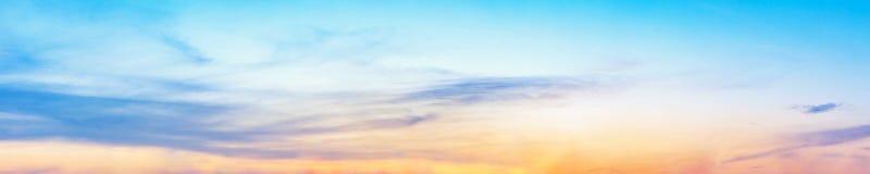 与云彩的剧烈的全景天空在暮色时间 免版税库存图片