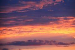 与云彩的剧烈的日落日出天空 库存图片