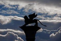 与云彩的圣马克狮子 库存照片