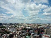 与云彩的地平线在大城市,基辅下 免版税库存照片