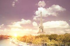 与云彩的埃佛尔铁塔日落 免版税库存图片