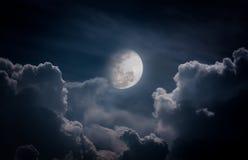 与云彩的夜间天空,明亮的满月将做伟大的b 免版税库存图片