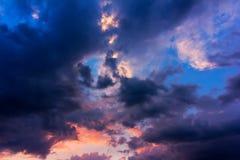 与云彩的天空在日落的一场风暴以后 免版税图库摄影