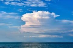 与云彩的天空在海 图库摄影