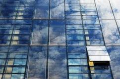 与云彩的天空在镜子当代墙壁 库存照片