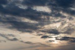 与云彩的天空在黎明太阳 库存图片
