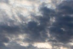 与云彩的天空在黎明太阳 免版税库存照片