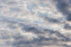 与云彩的天空在黎明太阳 免版税图库摄影
