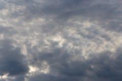 与云彩的天空在黎明太阳 图库摄影