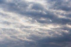 与云彩的天空在黎明太阳 免版税库存图片