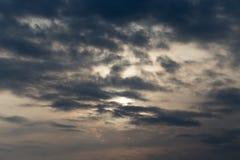 与云彩的天空在黎明太阳 库存照片