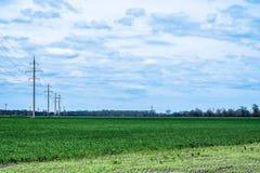 与云彩的天空在绿色领域 库存照片