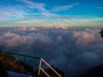 与云彩的天空蔚蓝在山 免版税库存照片