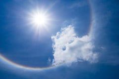 与云彩的太阳光晕在天空 免版税库存图片