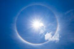 与云彩的太阳光晕在天空 库存图片