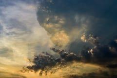 与云彩的好的太阳光芒 图库摄影