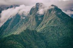 与云彩的安地斯山在峰顶上 印加人足迹 秘鲁 免版税库存图片